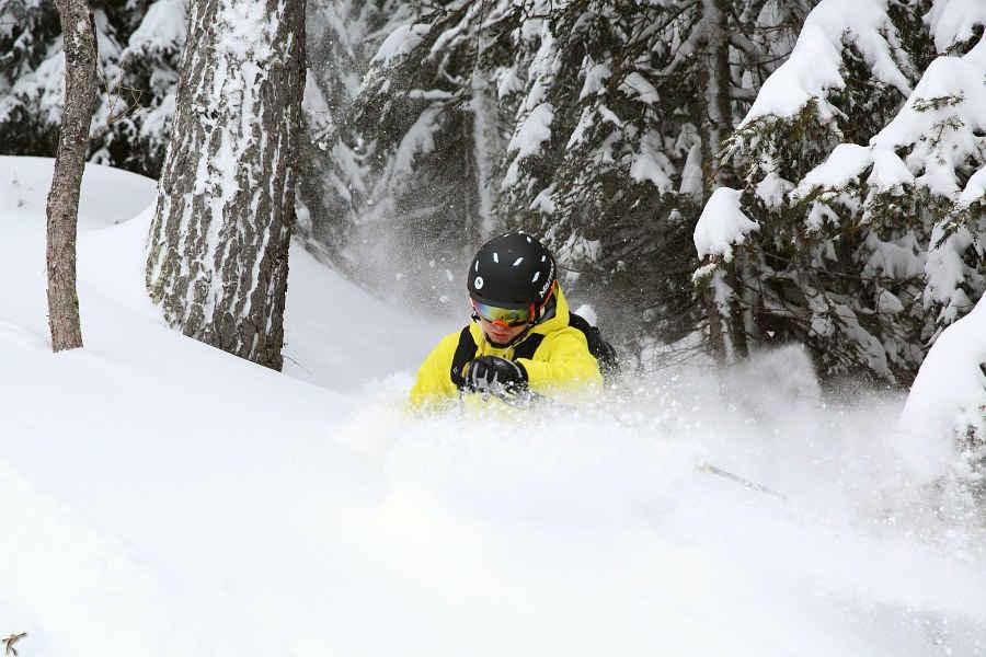 sciatore indossa in fuoripista maschera da sci da vista con lente arancio specchiata