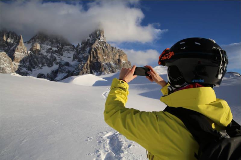 sciatore indossa occhiali da sci con lenti polarizzate
