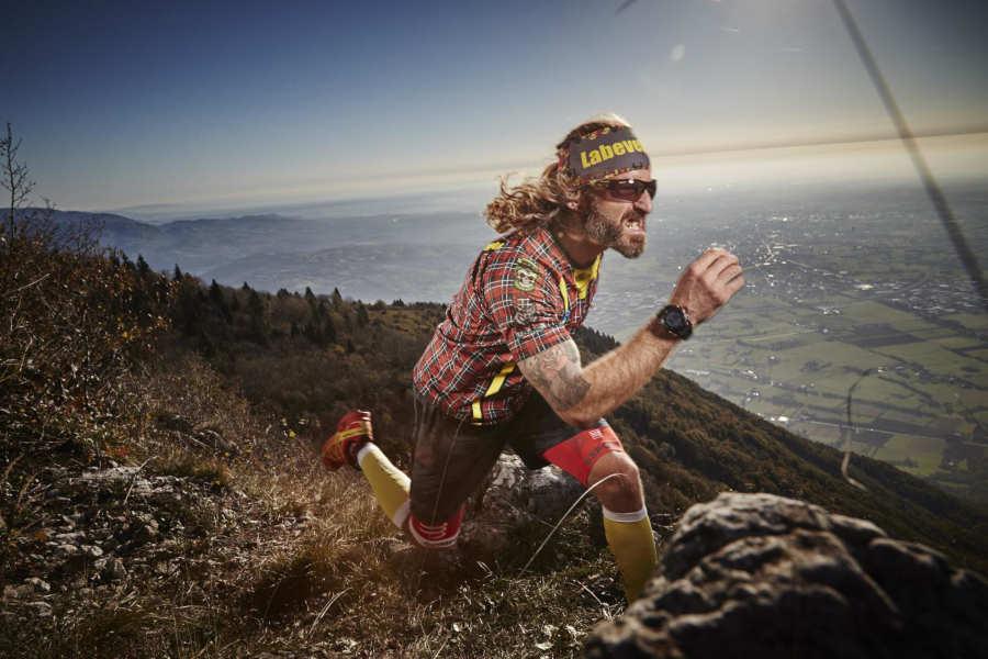 runner indossa occhiale per trail running fotocromatico nero lucido