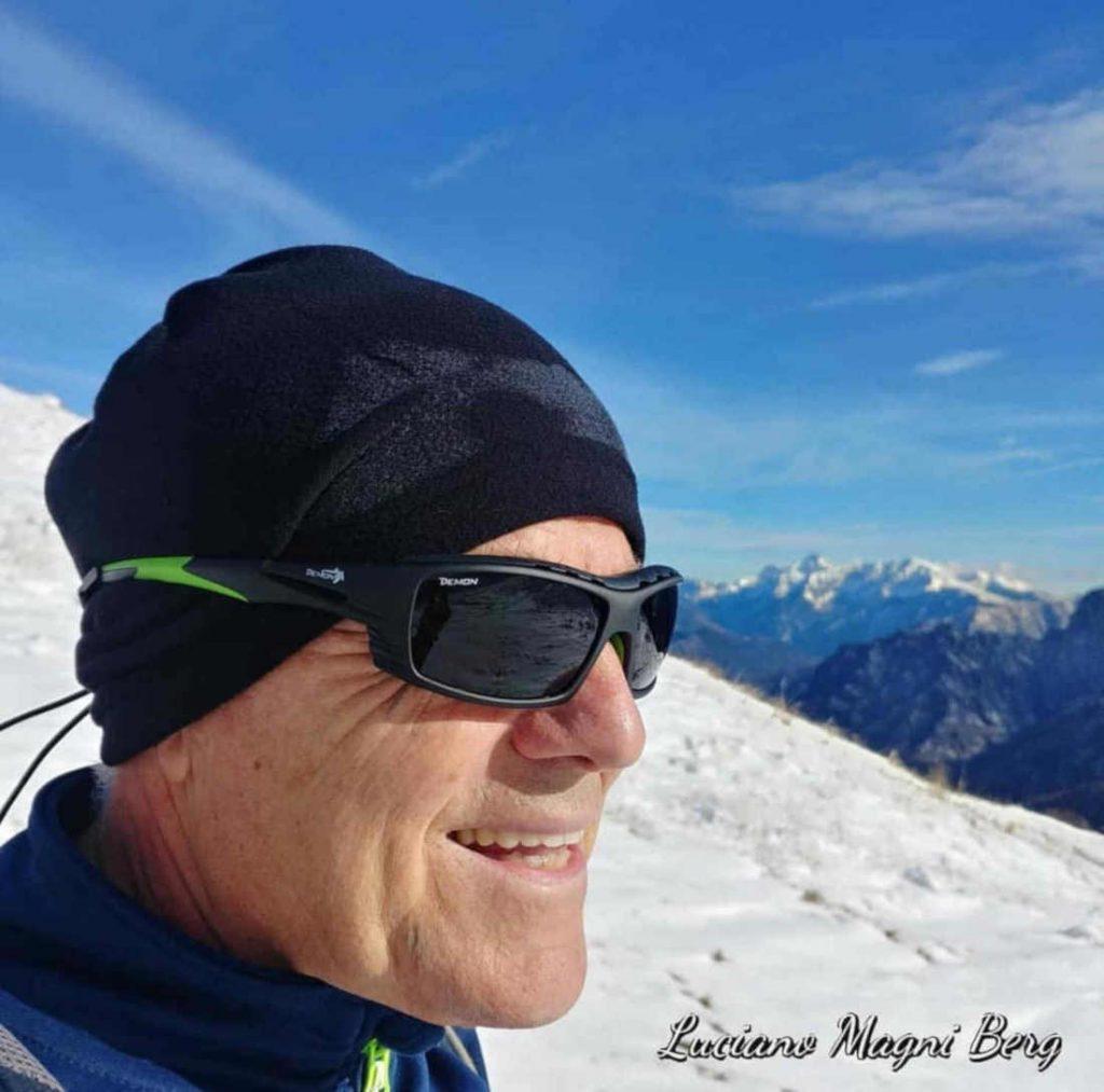 Escursionista indossa occhiali vista sport con lenti categoria 4