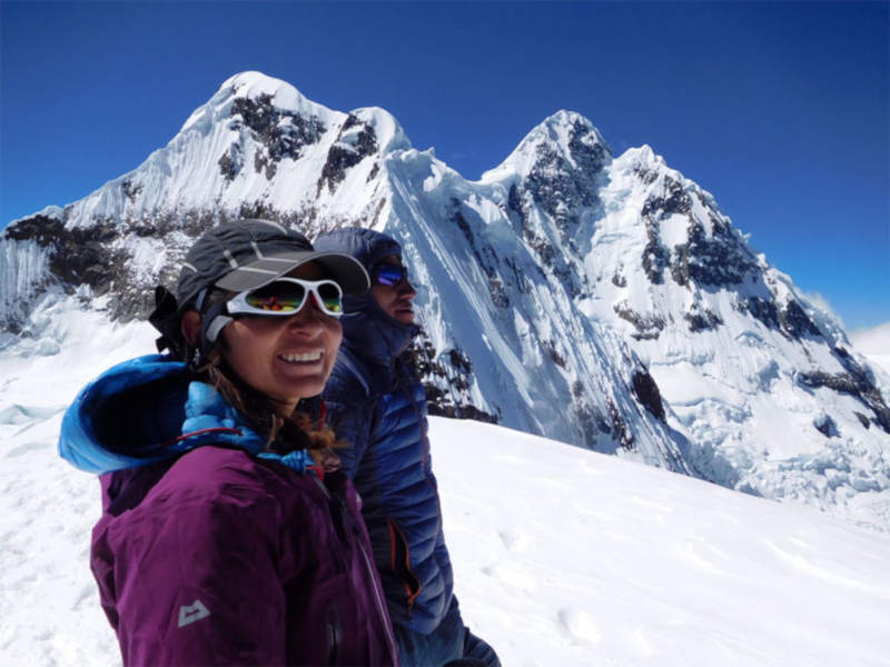 alpinista indossa occhiali sportivi da donna per montagna e alpinismo