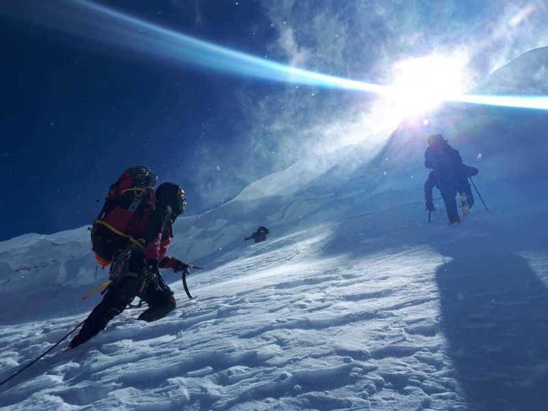 Escursionisti indossano occhiali da montagna per ghiacciaio e alpinismo