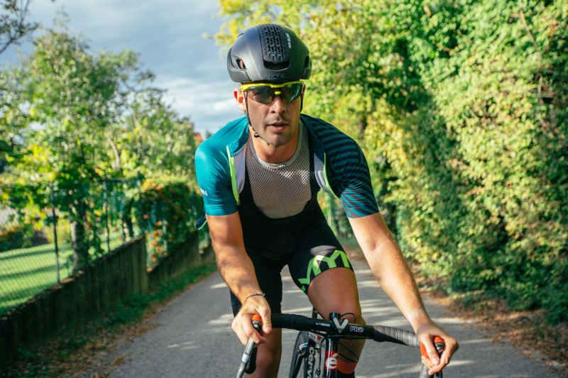 ciclista indossa occhiale da ciclismo su strada con lenti fumo specchiate categoria 3