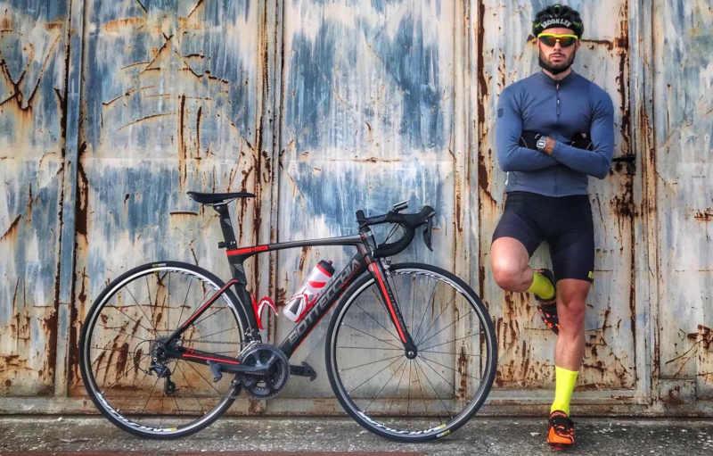 ciclista indossa occhiali da ciclismo con lenti specchiate