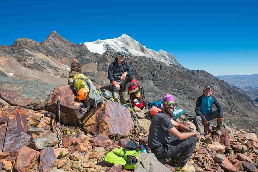 Escursionisti indossano occhiali da montagna con lenti fumo specchiate