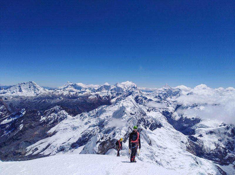alpinisti indossano occhiali da montagna e alpinismo durante escursione