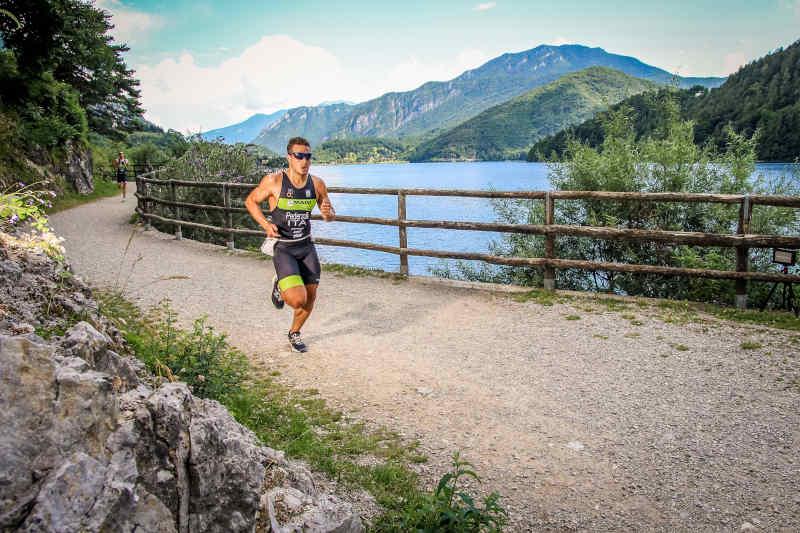 triatleta indossa occhiali da running con lenti fotocromatiche durante gara di triatlon