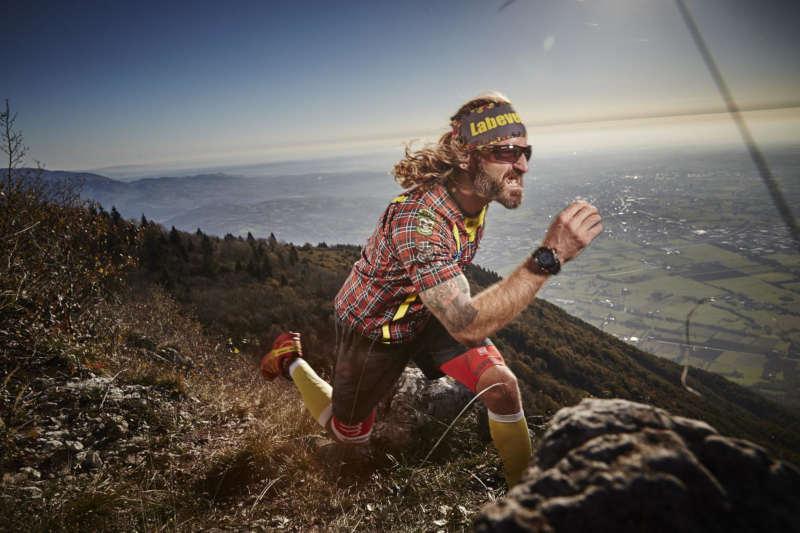 runner indossa occhiali da trail running con lenti fotocromatiche