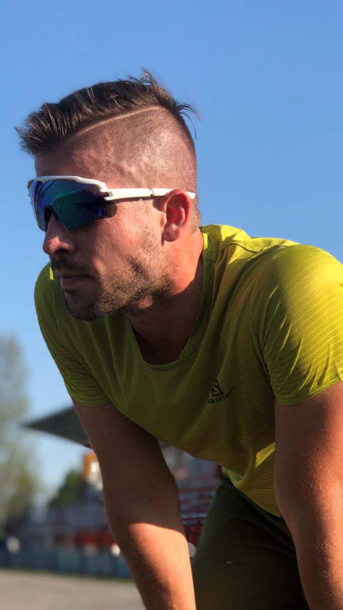 runner indossa occhiali sportivi durante la corsa